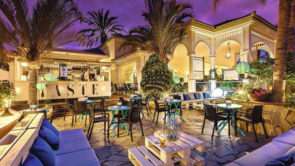 gran-oasis-resort-outside-bar
